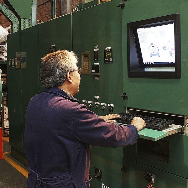 ingeniero manejando horno tratamiento térmico